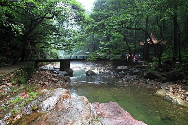 金鞭溪       金鞭溪风景区是张家界的黄金旅游区,全长5700米,溪水